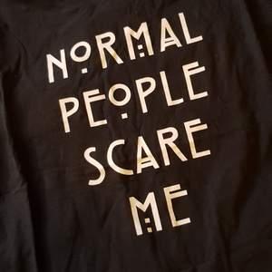Nice Americam Horror story t-shirt. Knappt använd i stor storlek, så perfekt som klänning eller oversized look.