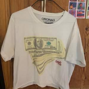 Avklippta T-shirt med motiv av pengar. I gott skick. 🌸