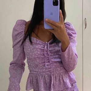 ❌första bilden är inte min❌  Jättefin blus från ZARA 💜Nästan helt oanvänd storlek M passar mig som vanligtvis bär Small ✨ 200kr eller högsta bud + frakt 39kr