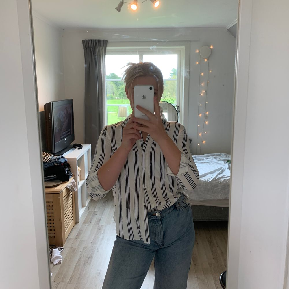 En randig skjorta från hm som sitter sjukt bra! Och den passar jättefint med ett par jeans! Bra skikt. Skjortor.