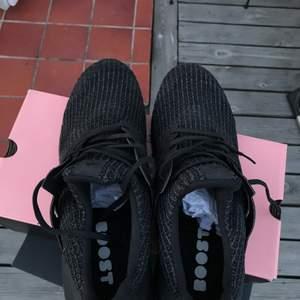 Adidas Ultraboost 4.0 i Triple Black gjord med primeknit tekniken vilker gör så att dessa skor håller LÄNGE och dessutom ser rena ut efter en tvätt. Använder knappt men har gjor förr. Väldigt bra skick