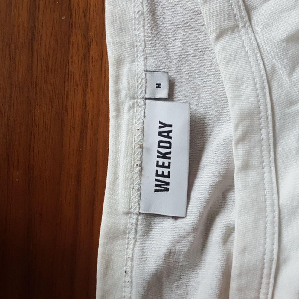 Denna over-sizeade t-shirt från weekday säljes. Passar nog de allra flesta! Luftig och skön! . T-shirts.
