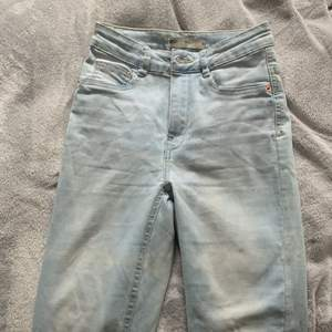 Ett par ljusblåa jeans ifrån Gina, använd fåtal gånger och är i bra skick