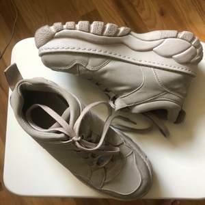 Skitsnygga chunky sneakers i storlek 38 från Topshop! Använda fåtal gånger ! Originalpris 500kr