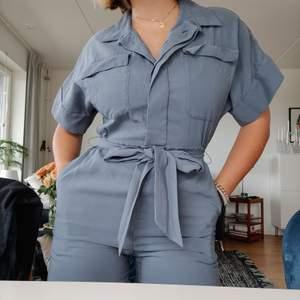 As get jumpsuit ifrån H&M. Säljer då den tyvärr inte kommer till användning. Storlek 38. Jag är 169, på sista bilden kan ni se hur den sitter nere på benen. Använd bara en gång! Skickar gärna, frakt tillkommer!☺️☺️