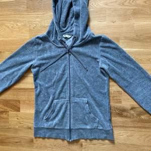 Säljer nu detta gråa sett från Cubus. Det är silver detaljer på både tröjan och byxorna. 75kr plus frakt. Båda delarna är av sammet liknande tyg. Tvättas såklart innan den fraktas.