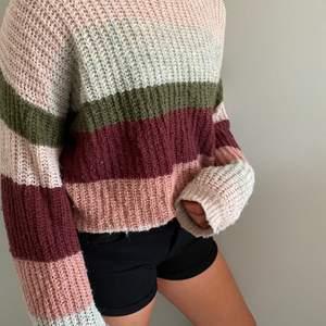 """En färgglad stickad tröja från Cubus. Färgerna är ju perfekta nu på hösten!! 30kr plus frakt! Tvättas såklart innan den skickas iväg! Kolla gärna på mina andra """"inlägg""""☺️"""