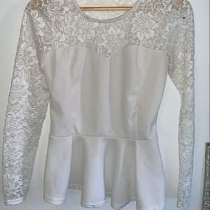 Säljer denna fina tröja. Är en liten fläck på den nere på framsidan men går säkert bort i tvätten. Passar m