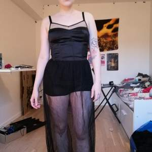 Megasexig klänning med mesh som går nästan ner till fötterna på mig som är 166 lång. Under meshen är det som en body/korta shorts. Bara använd en eller två gånger. Frakt tillkommer!