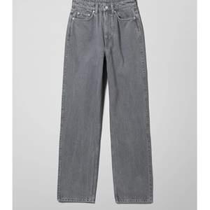 Jätte fina weekday jeans i modellen rowe, de är gråa men samma modell som de svarta på sista bilden. Storlek 24/30. Säljer för jag inte fått så mycket användning av dem. Kan mötas i stockholm annars frakt på 60kr