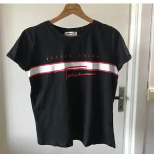 Tre T-shirtar från New yorker i storlek M alla är nästan oanvända, den i mitten har ett tungare/tunnare material.     1 för 30kr, 2 för 50kr eller 3 för 60kr.