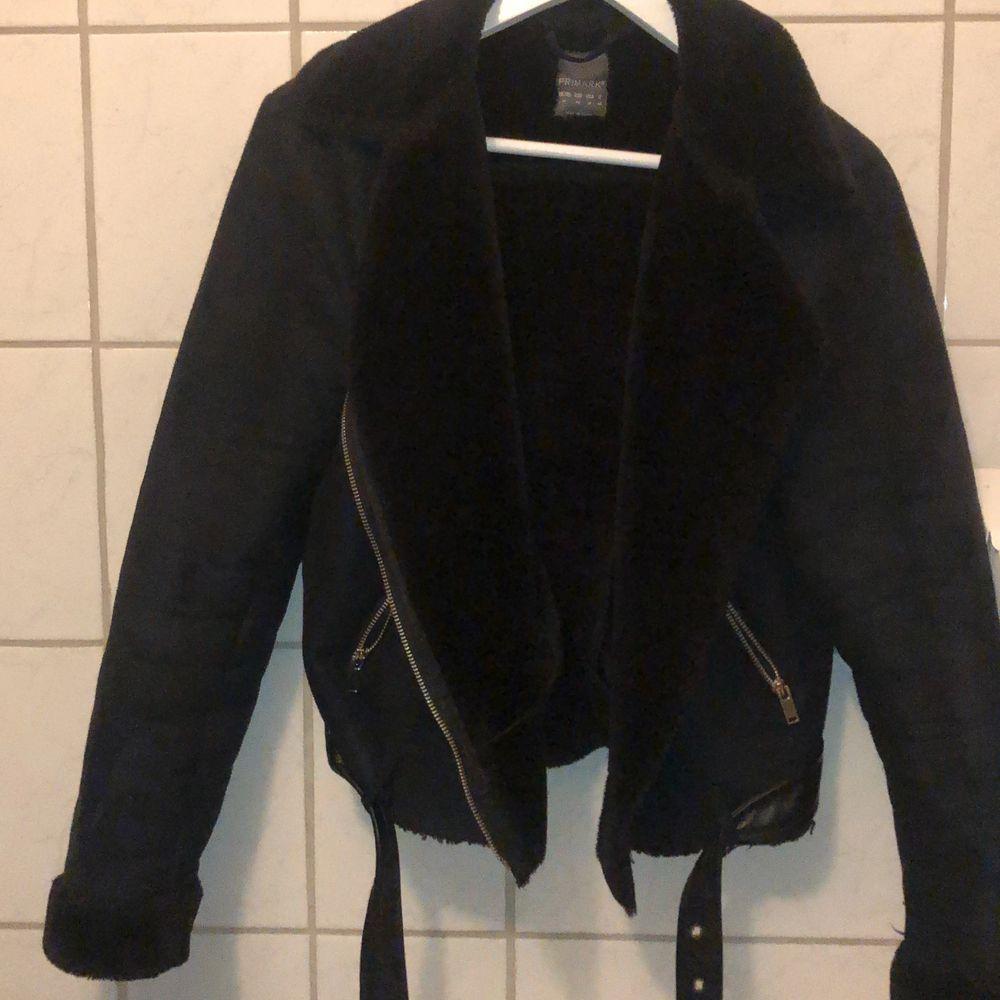 En jätte fin biker jacka i mocka varm och skön perfekt till höst och vinter🥰 står att det är storlek 42 men skulle mer säga att den är som en S eller M💞. Jackor.