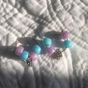 Hopp örhänge med ljus lila och blåa örhängen fjärilarna är ungefär guld eller Bronx färgde:)