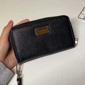 Säljer denna fina svarta plånboken, stort utrymme och många fack! Aldrig använd☺️ 20kr + frakt💕