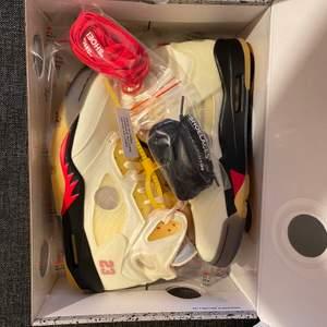 säljer ett par Jordan 5 SAIL storlek 42 pris:4200 kan it tänka mig gå under det!! Hör av er vid intresse