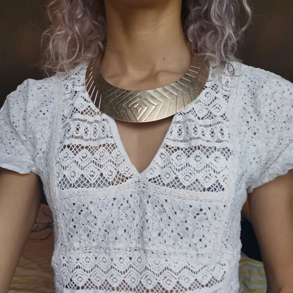 Guldaktigt halsband med modern stil till det och enkel mönstrat med lite kedja där bak vid uppsättning av halsbandet. Pm gärna vid frågor ❤️. Accessoarer.