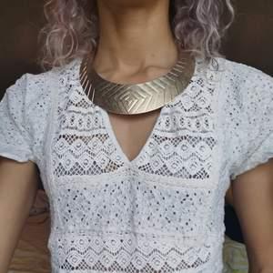Guldaktigt halsband med modern stil till det och enkel mönstrat med lite kedja där bak vid uppsättning av halsbandet. Pm gärna vid frågor ❤️