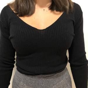 Fin tröja från hollister i strl s med omlott i ryggen. Säljs för 70+ frakt💕