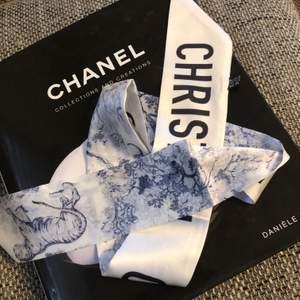 Inspiration Christian  Dior NY scarf /twill , silke väldigt fin. TOILE DE JOUY MITZAH SCARF Gray Silk Twill