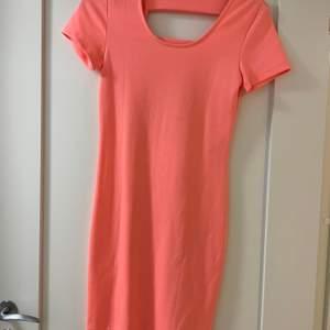 Neonrosa klänning, använd endast 1 gång.