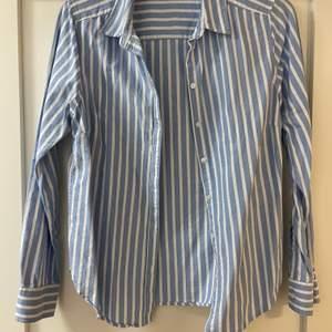 En blå/vit skjorta i fint skick.
