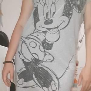 Klänning / oversize t-shirt med Mimmi mus på från Disney. Sparsamt använt. Den är i storlek 170 men passar mig som är XS/S.