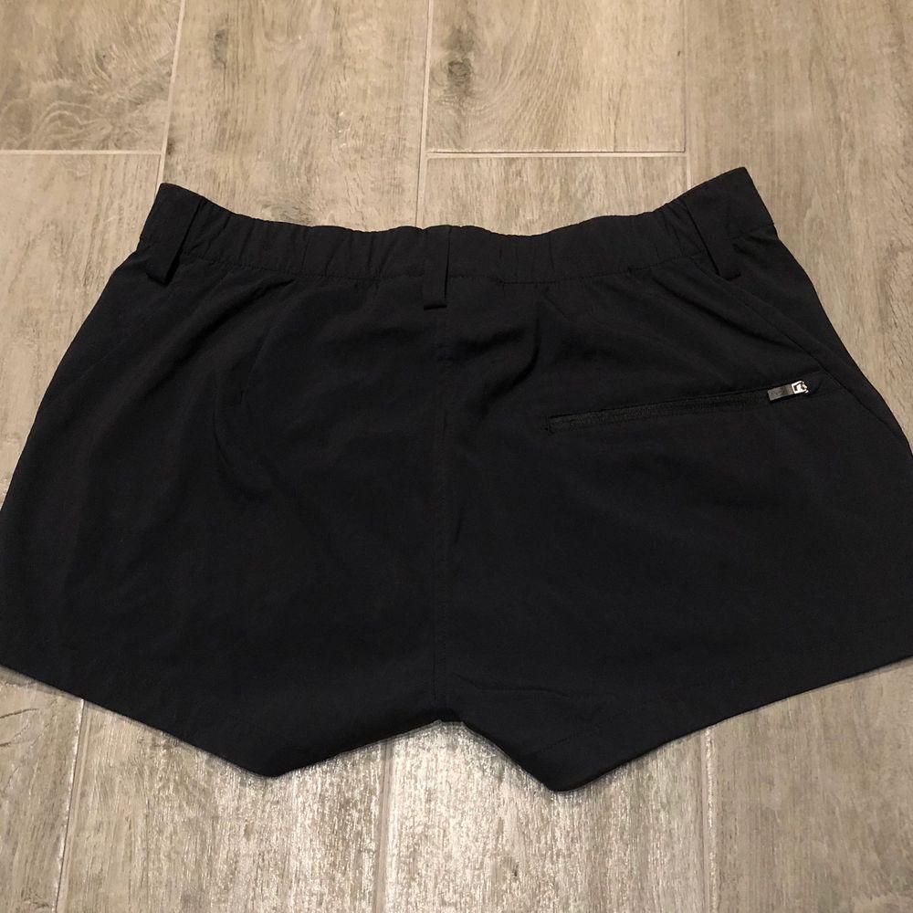 Nästan aldrig använda svarta snygga Peak Performance shorts. Med två fickor där fram och en ficka med dragkedja på baksidan. Köparen står för frakten och de betalas med Swish. Skriv privat för frågor eller fler bilder!💜✨. Shorts.