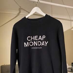 Svart o vit cheap monday tröja, fint skick och kan fraktas emot betalning!!🖤 storlek S