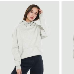 """Vanlig hoodie från bikbok i bra skick, stl S men skulle inte säga att den är speciellt """"oversize"""" som det står att den ska vara 🦋✨ köparen står för frakt (jag ansvarar inte för postens slarv)"""