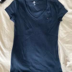 Har legat i garderoben ett tag så behövs strykas, annars är den i ny skick. Använd 1-2 gånger