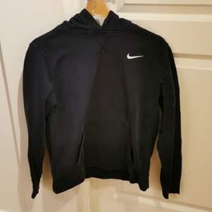 Mörkblå Nike hoodie i strl xl för barn, skulle passa bara till S/M