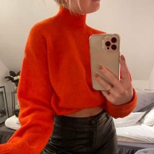 Superfin orange/ röd stickad tröja i nyskick! Tröjan är en storlek XS och har en turtleneck! Säljer för 100kr+frakt💞💞⚡️