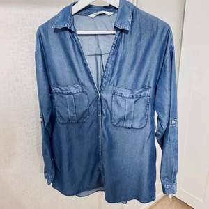 Fin jeansskjorta från H&M. Endast använd 2 gånger. Passar storlek xs-m.