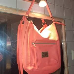 En snygg väska som passar perfekt som skol väska enligt mig! Tveka inte att höra av er💖
