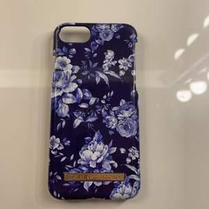 Ett blå blommigt ideal of Sweden skal använt fåtal gånger💕 pris kan diskuteras passar till iPhone 6-8🥰 har andra ideal of Sweden skal i profilen