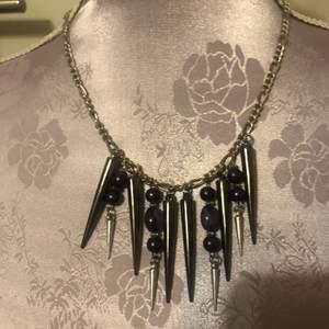 Handgjort halsband med lila detaljer. Mått 23 cm. Aldrig använd, i fint skick. Säljer för priset jag sett. Betalning sker via swish, jag skickat bild efter jag postat brevet.