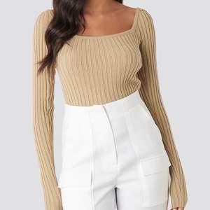 Beige square neckline ribbed sweater. Använd 1 gång. Så skönt & så fin men kommer tyvärr inte till användning.  Xs men passar S, väldigt stretchig.