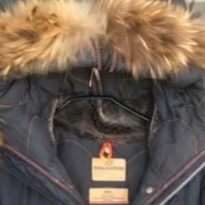 Säljer min parajumer jacka pga fel storlek.Jackan är i fint skick har nästan aldrig använts o jackan är äkta! Jackan är i storlek 38 funkar som en S och en M