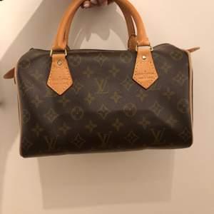 Fake Louis Vuitton väska. Väskan är köpt här på Plick för 500kr. Superfin väska i fint skick. Säljer pga den var lite mindre än vad jag tänkt mig. Vet ej hur använd den var innan jag köpte den.