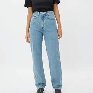 säljer mina blåa rowe extra high straight jeans i storlek 29/32, dom är ganska långa på mig som är 174 men på ett snyggt sätt, sitter inte tight i midjan så kan behövas skärp. Funkar dock bra om man vill ha lite pösigare fit. Har använt dessa mycket, små slitningar längst ner vid fötterna, märks nästan inte. Dom passar till det mesta, original pris 500kr🧘🏻♂️✨👨🏻🌾