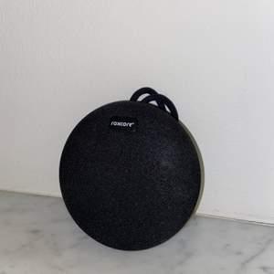 Svart trådlös Bluetooth-högtalare från Roxecore, köpt 2020. Jag fick den i present men den har aldrig kommit till användning då jag redan har en liknande. Bra ljud och snabb att ladda upp! Högtalaren påminner till storleken och utformningen mycket om en JBL :)