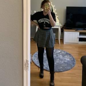 Säljer nu den här vintage kjolen som jag tyvärr inte använder så mycket längre! Den är i Storlek xs och har även dragkedja i bak💫 Jättefint skick! Kan mötas upp eller frakta, tar Swish!