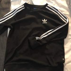 Adidas tröja i tunnare material, mesh-liknande (se bild nr 3). Passar mig som har strl S, passar även en XS. Väldigt fint skick🌸