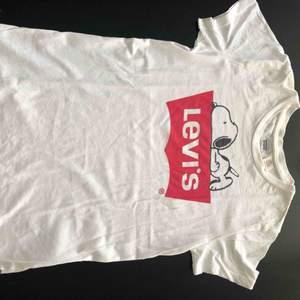 Levis t-shirt med loggan och hunden snoopy.  Den är aldrig använd och har bara legat i mitt klädskåp då det inte varit min stil. Om ni vill ha fler bilder på den t.ex då den sitter på är det bara och säga till:-)