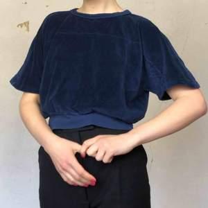 Riktigt fin mörkblå velvet tröja! Som funkar för flera storlekar beroende på hur tajt en vill ha den💙 skriv om du undrar något! ⭐️