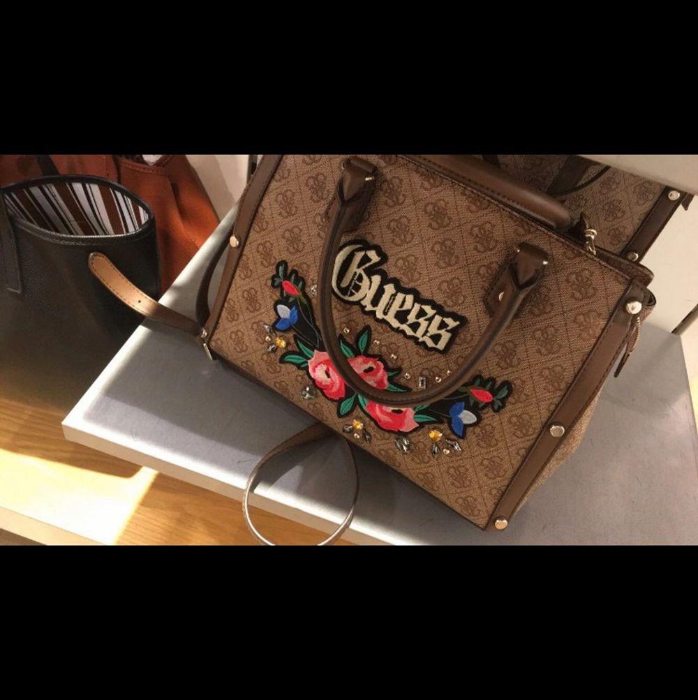 Efterlyser denna guess väska som fanns på accent för ca 2 år sen! Nån som vet vad modellen heter, eller möjligtvis säljer denna modell hör gärna av dig!!. Väskor.