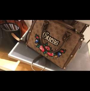 Efterlyser denna guess väska som fanns på accent för ca 2 år sen! Nån som vet vad modellen heter, eller möjligtvis säljer denna modell hör gärna av dig!!