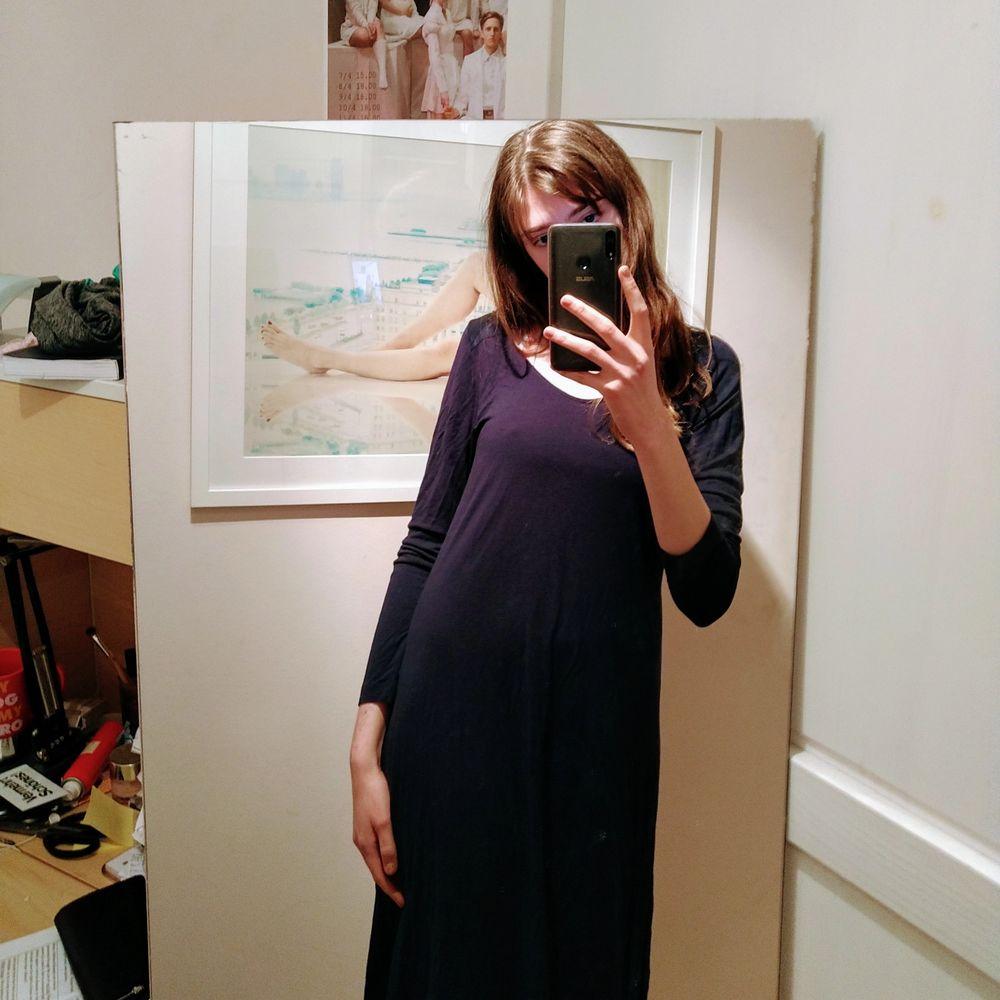 Blå, fin klänning från GANT! I mycket bra skick, kan användas utan eller med sidenband. Funkar till både vintern och sommaren. Klänningar.