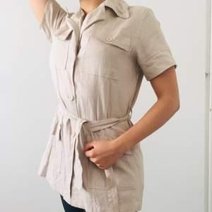 Safari inspirerad lång skjorta med bälte. Frakt 66kr med postnord.