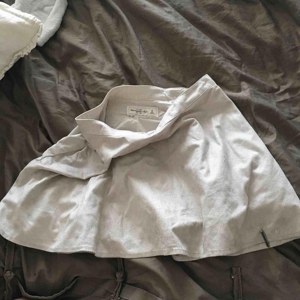 Fin läderaktig gråvit kjol✨122kr med frakt.. Kjolar.